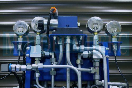 Соединительная арматура гидрораспределителя и манометров на гидравлической станции СМИ-750