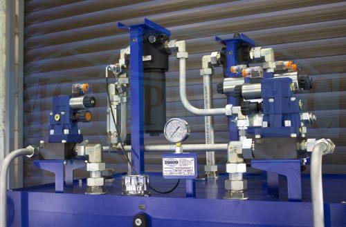 Распределительное гидрооборудование и фильтры на крышке маслостанции